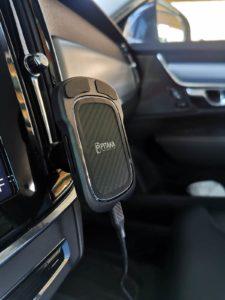 Pitaka Handyzubehör aus Aramid/Kohlefaser im Auto seitliches Profil