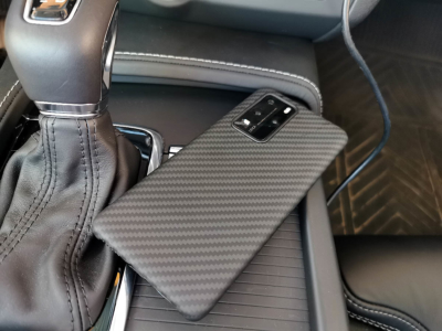 Pitaka Handyzubehör aus Aramid/Kohlefaser Rückseite