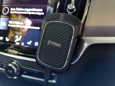 Pitaka Handyzubehör aus Aramid/Kohlefaser Im Auto angebracht