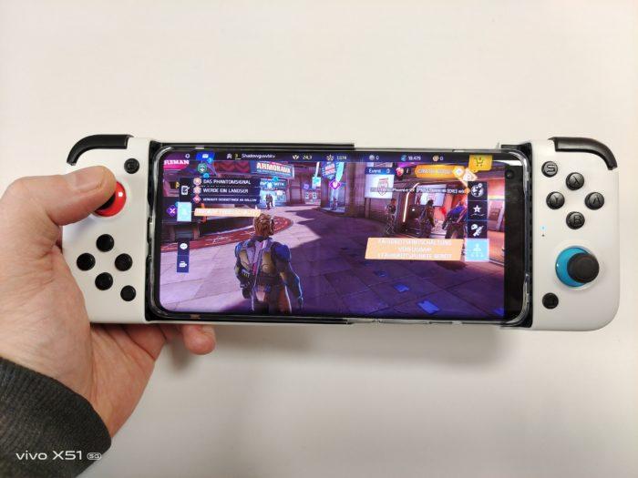 Gamesir X2 mit eingespannten Smartphone