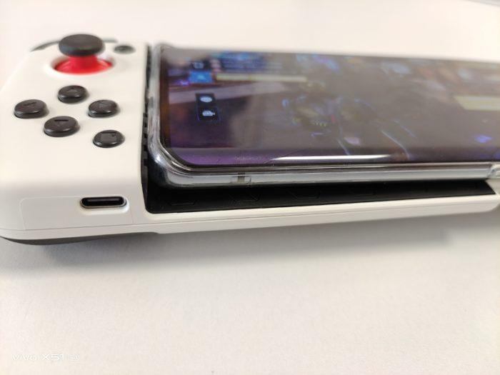 Gamesir X2 mit Smartphone und Schutzhülle