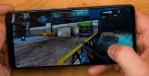 Poco F3 Vorderseite quer Gaming Automatisches Herunterregeln der Helligkeit