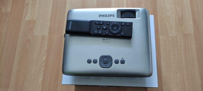 Philips NeoPix Prime 2 Fernbedienung udn Projektor von oben