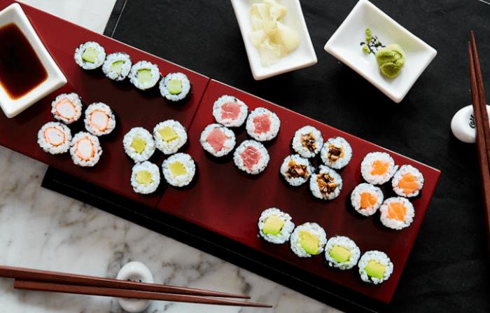 Sushi mit verschiedenen Füllungen