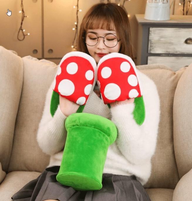 Super Mario Hausschuhe Produktbild auf der Couch