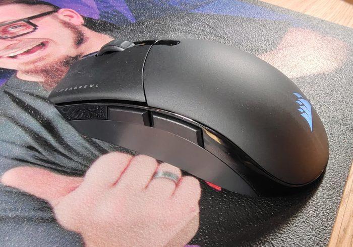 Corsair Sabre RGB Pro Wireless Ansicht von der Seite, 2 Seitentasten, RGB Beleuchtung