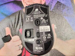 Corsair Sabre RGB Pro Wireless Untere Ansicht mit Klappe für den USB