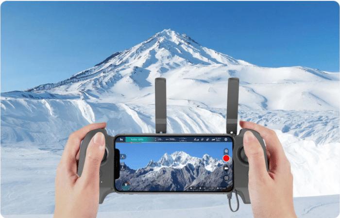 Fimi X8 Mini Fernbedienung mit Smartphone eingespannt